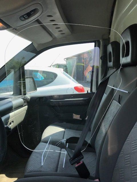 séparation en plexi pour véhicule avec passe ceinture