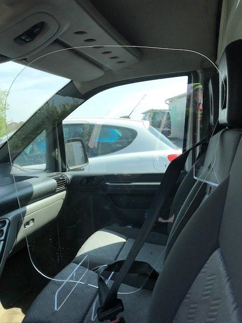 séparation de véhicule transparente avec passe ceinture