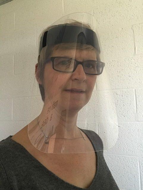 visière transparente anti postillons à fixation par bandeau scratch. Légère à porter