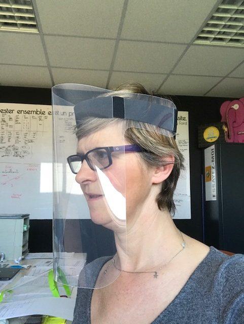 visière transparente à fixation par bandeau scratch. Légère à porter