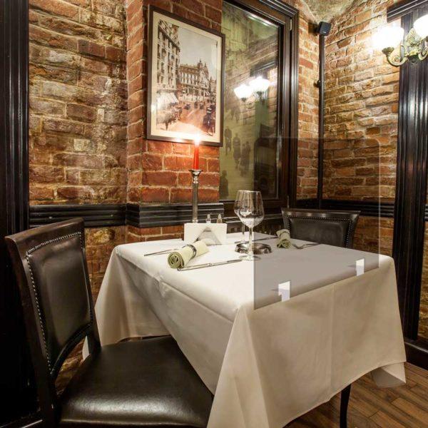 cloison de table en plexi fumée pour restaurant