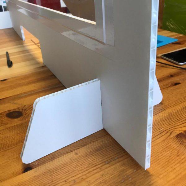 cloison auto-portante en PVC alvéolaire 10 mm avec fenêtre en toile transparente