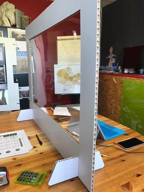 cloison de séparation en carton avec fenêtre transparente